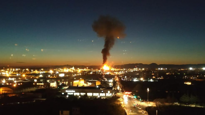 Lightning has caused an explosion at a Repsol petrochemical plant in Puertollano.