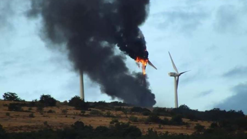 A lightning strike sets fire to a wind turbine in Montaves (Soria)