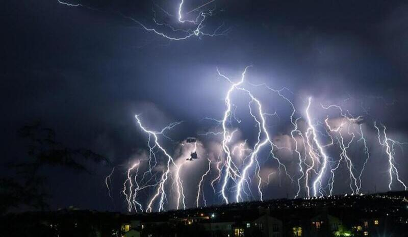 How to protect yourself from lightning in a thunderstorm?
